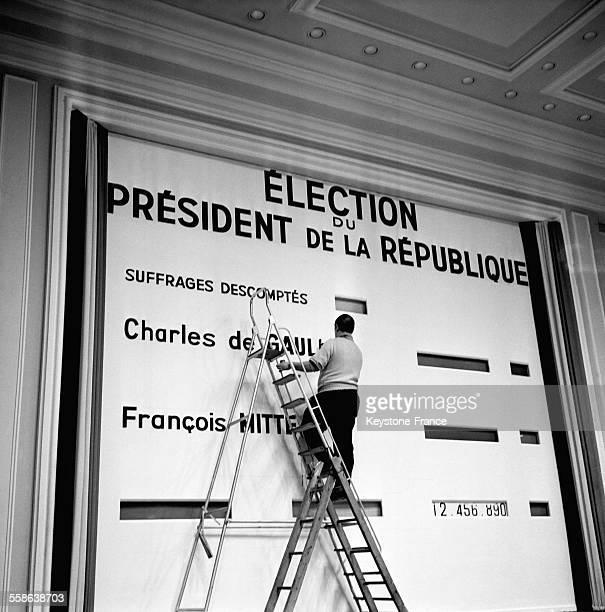Le grand panneau électoral où l'on écrit le nom des deux candidats restés en liste Charles de Gaulle et François Mitterrand pour le deuxième tour des...