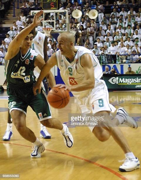 le Grec Kutluay tente de contrer le Palois Esteller le 25 octobre 2001 au Palais des sports de Pau lors de la rencontre PauOrthez/Panathinaikos...