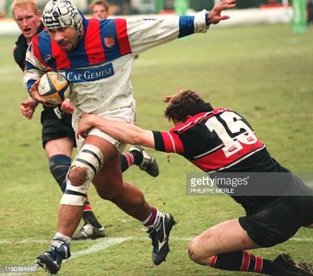 le Grenoblois Franck Corrihons échappe à l'Ecossais Lang Stuart avant de marquer un essai le 16 Janvier 2000 au stade Ladiguière à Grenoble lors de...