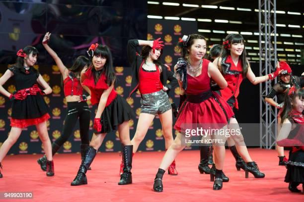 Le groupe d?Idols composé de 13 jeunes filles japonaises 'Orange Port' en concert live lors de la 'Japan Expo' le 5 juillet 2014, au parc des...