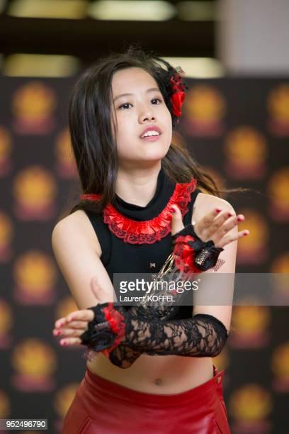 Le groupe dIdols composé de 13 jeunes filles japonaises 'Orange Port' en concert live lors de 'Japan Expo' le 5 juillet 2014 au parc des expositions...
