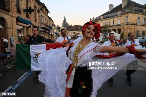 Le groupe mexicain de musique et de danse 'Cuarteto ventura' lors du 36ème festival 'Cultures aux curs' dans les rues de Montignac sur Vézère en...