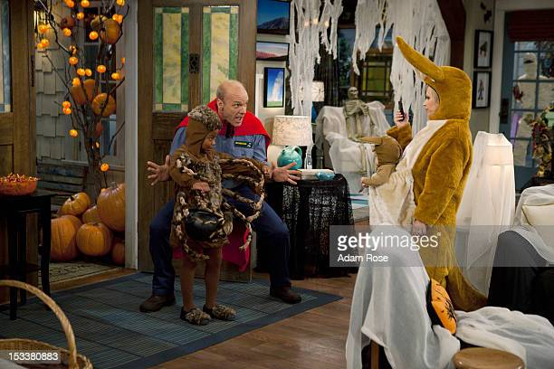 CHARLIE 'Le Halloween' Amy dresses up like a kangaroo for Halloween complete with a baby pouch for Toby and Charlie while Bob goes in his...
