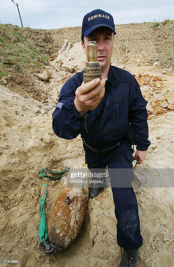 A mine-clearing expert shows a detonator : News Photo