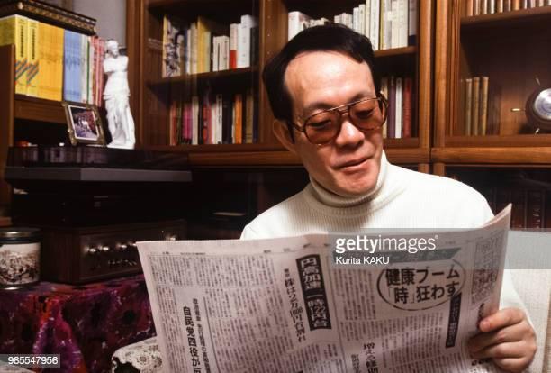 Le 'Japonais cannibale' Issei Sagawa dans son salon après son retour au Japon le 22 janvier 1992 à Tokyo Japon