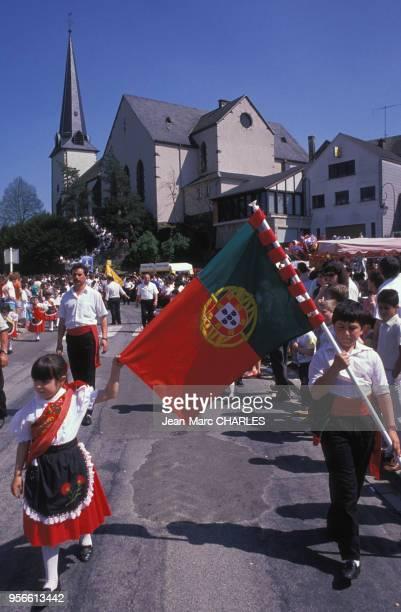 Le jeudi de l'Ascension les immigrés portugais défilent lors du pélerinage de Notre Dame de Fatima de Wiltz mai 1989 Wiltz Luxembourg