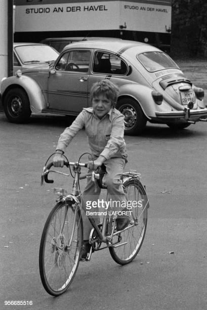 Le jeune acteur suisse David Bennent à vélo lors du tournage du film 'Lulu' le 1er octobre 1979 à Berlin Allemagne