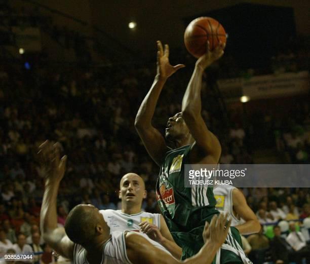 le joueur américain de l'équipe de basket de Villeurbannes Reggie Freeman cherche à marquer un panier le 18 juin 2002 à Pau face à la défense du...