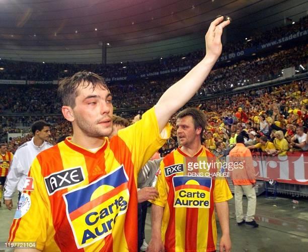 le joueur calaisien à l'origine de l'action qui a offert un penalty aux nantais Fabrice Baron salue en pleurant les supporters le 07 mai 2000 après...
