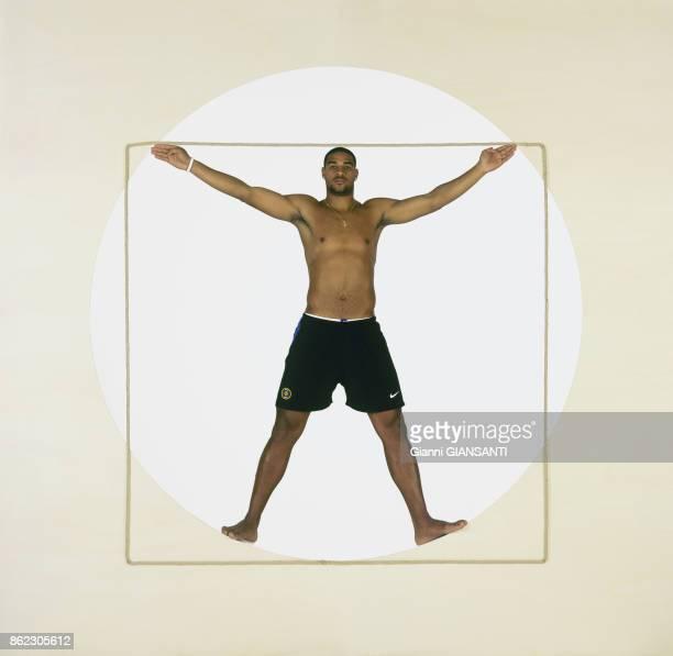 Le joueur de foot brésilien Adriano pose en 'Homme de Vitruve' dessin réalisé par Léonard de Vinci 2005 à Milan Italie