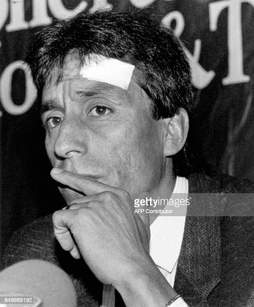 le joueur de football chilien Roberto Rojas annonce le 12 septembre 1989 au cours d'une conférence de presse à Santiago qu'il va saisir la FIFA pour...