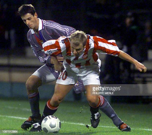 le joueur de l'olympiakos d'Athnènes Palr Johan Zetterberg devance le lyonnais Jérémie Brechet le 07 novembre 2000 au stade de Gerland à Lyon lors du...