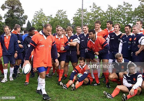 le joueur de l'équipe de France de rugby Marc Dal Maso entouré de ses coéquipiers quitte le terrain le 15 septembre 1999 à Pompadour à la fin d'un...