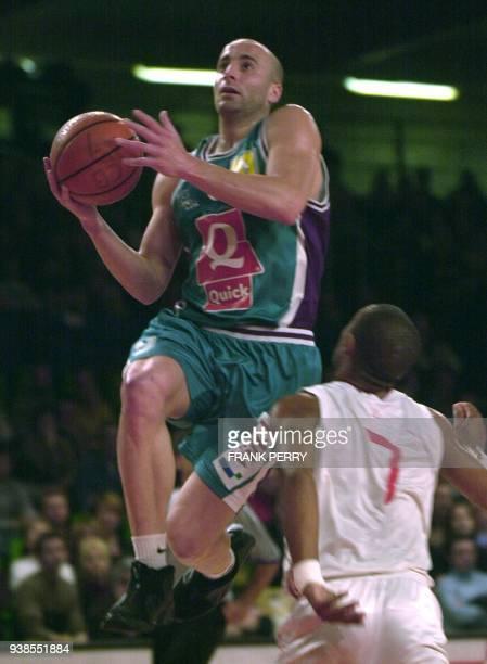 le joueur de PauOrthez Roger Esteller déborde le Choletais Fabien Dubos et tente un panier le 02 mai 2001 à Cholet lors du match Cholet/PauOrthez...