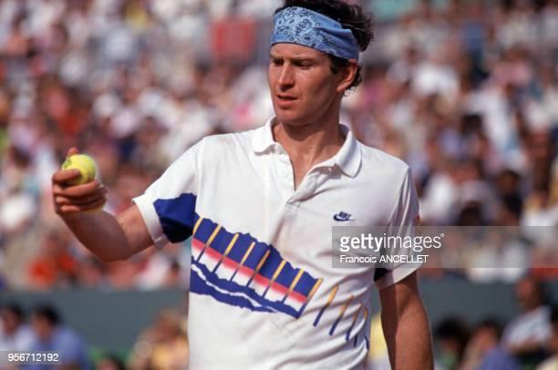 Le joueur de tennis américain John McEnroe pendant le tournoi de RolandGarros en 1991 à Paris France