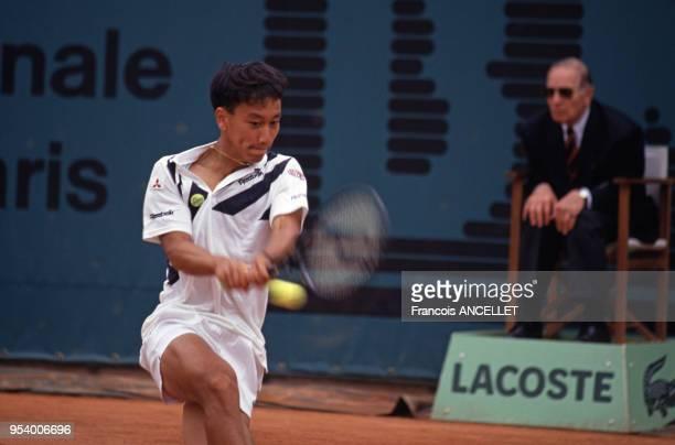 Le joueur de tennis américain Michael Chang pendant le tournoi de RolandGarros en 1991 à Paris France