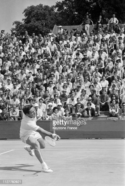 Le joueur de tennis australien Roy Emerson en action sur le terrain de RolandGarros à Paris France le 2 juin 1968