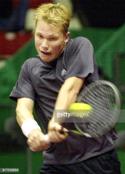 le joueur de tennis danois Kristian Pless effectue un revers face au Français PaulHenri Mathieu lors des demifinales du grand prix de tennis de Lyon...