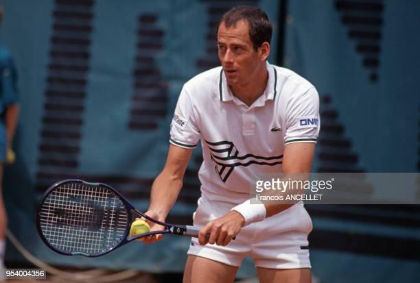 Le joueur de tennis français Guy Forget pendant le tournoi de RolandGarros en 1991 à Paris France