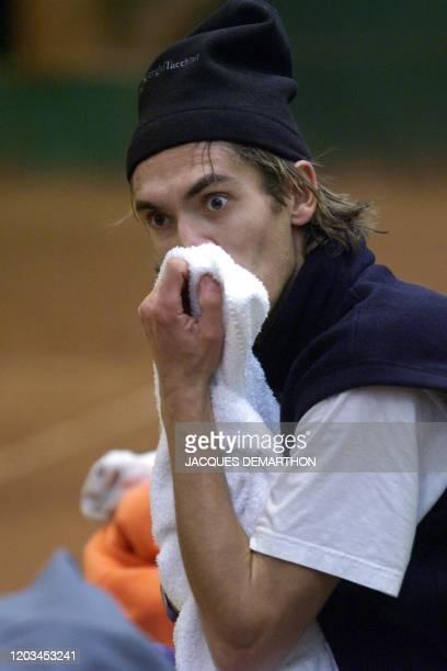 le joueur de tennis français Nicolas Escudé s'essuie lors d'une pause le 21 novembre 1999 à Hendaye pendant une séance d'entraînement Jusqu'au 27...