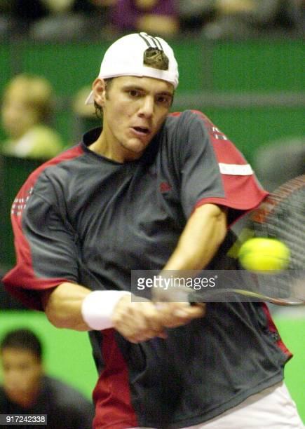 le joueur de tennis français PaulHenri Mathieu effectue un revers face au danois Kristian Pless lors des demifinales du grand prix de tennis de Lyon...