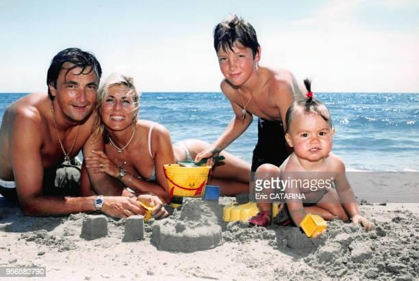 Le joueur de tennis Henri Leconte en vacances avec sa femme Marie Sara son fils Maxime et leur fille Sara Luna au bord de la mer en juillet 1997 aux...