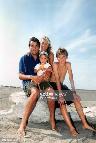 Le joueur de tennis Henri Leconte en vacances avec sa femme Marie Sara, son fils Maxime et leur fille Sara Luna au bord de la mer en juillet 1997 aux...
