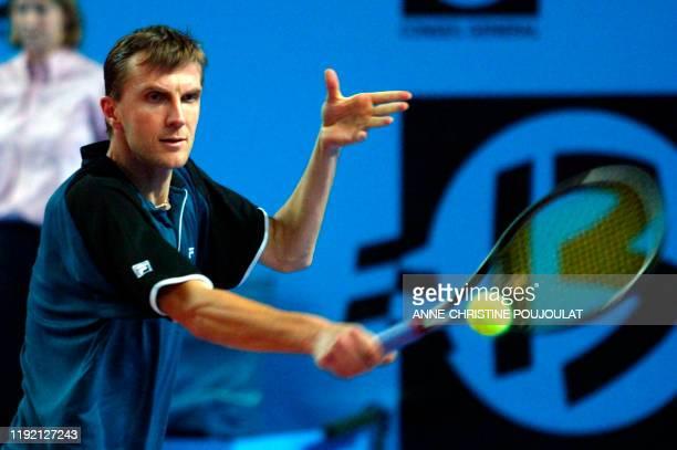 Le joueur de tennis slovaque Karol Kucera effectue un revers face au Suisse Roger Federer, le 15 février 2003 au Palais des Sports de Marseille, lors...