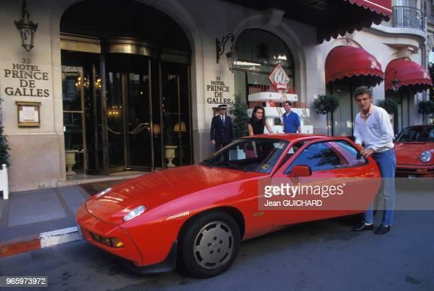 Le joueur de tennis suédois Mats Wilander et son épouse Sonya devant l'hôtel Prince de Galles à Paris le 24 mai 1987 en France