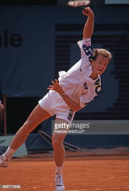 Le joueur de tennis suédois Stefan Edberg pendant le tournoi de RolandGarros en 1991 à Paris France
