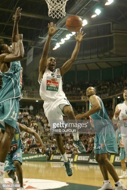le joueur de Villeurbanne André Owens tente de marquer un panier face à la défense Paloise le 26 avril 2003 à l'Astroballe de Villeurbanne lors de la...