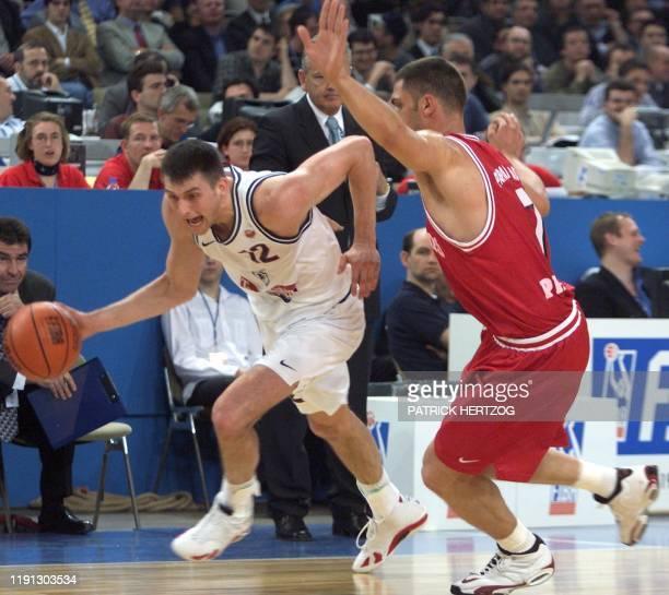le joueur du club italien Teamsystem Bologna Arturas Karnisovas tente de déborder le joueur du club grec Olympiakos du Pirée Dimitris Papanikolaou le...