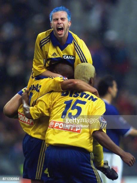 le joueur du FC Gueugnon Johann Bouzin célèbre sa victoire avec ses coéquipiers le 22 avril 2000 au Stade de France à SaintDenis à l'issue du match...