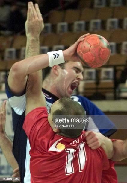 Le joueur du Groenland Rasmus Larsen est à la lutte avec l'Espagnol Lozano Jarque Demetrio le 24 janvier 2001 à Besancon lors de la rencontre...