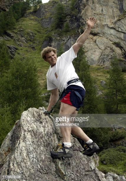 Le joueur du XV de France Pieter De Viliers salue ses coéquipiers depuis le haut d'une paroi qu'il vient de monter le 04 août 2003 pendant une...
