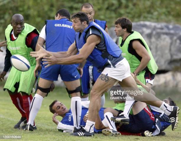 le joueur du XV de France Sébastien Chabal dégage le ballon sous le regard de Serge Betsen le 13 août 2003 pendant une séance d'entraînement au stade...