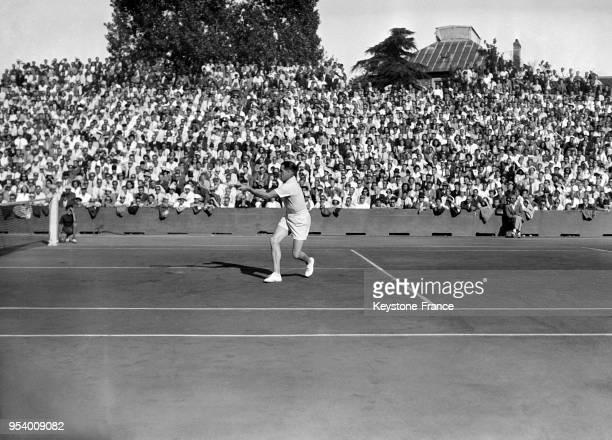 Le joueur français de tennis Marcel Bernard pendant la finale du tournoi de RolandGarros à Paris France en 1946