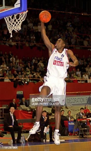 Le joueur français Mickael Pietrus s'apprête à marquer un panier le 25 janvier 2003 au palais des sports de Grenoble lors du match FranceLettonie...