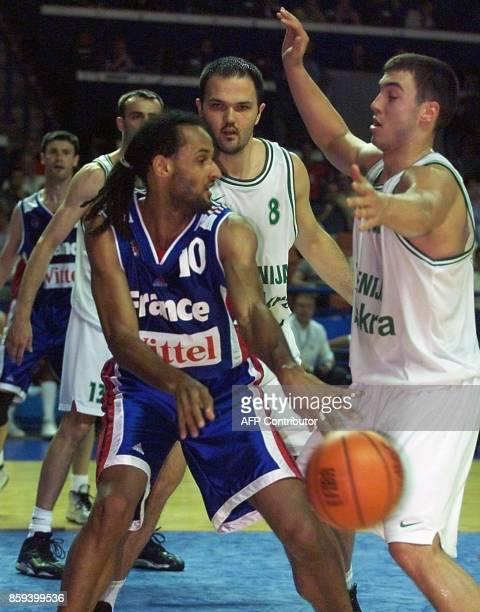 le joueur français Stéphane Risacher tente de prendre le ballon face au Slovène Marko Milic lors de la rencontre France/Slovénie comptant pour le...