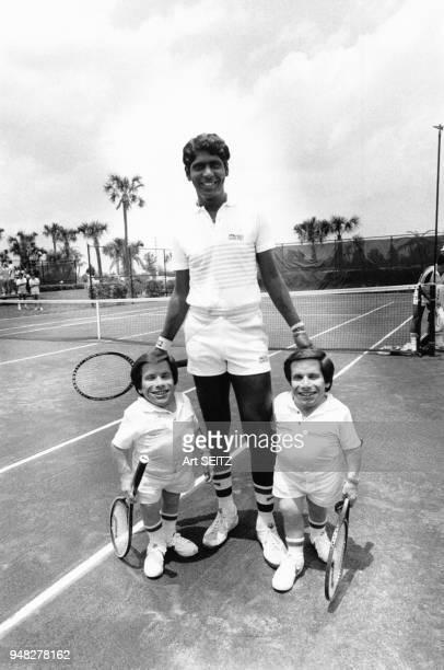Le joueur indien Vijay Amritraj et les frères millionnaires John et Greg Rice participent au Charlton Heston Tennis Classic en mai 1981, Palm Beach,...