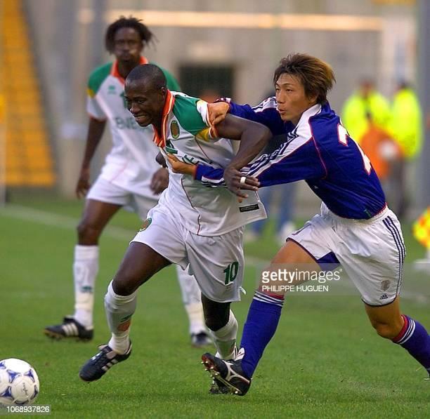 le joueur japonais Hato Yasuhiro est à la lutte avec le défenseur du Sénégal Khalilou Fadiga le 04 octobre 2001 au stade Bollaert de Lens lors du...