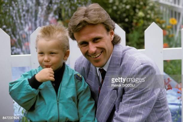 Le joueur suedois de tennis Bjorn Borg avec son fils Robin le 19 avril 1988 a Monaco