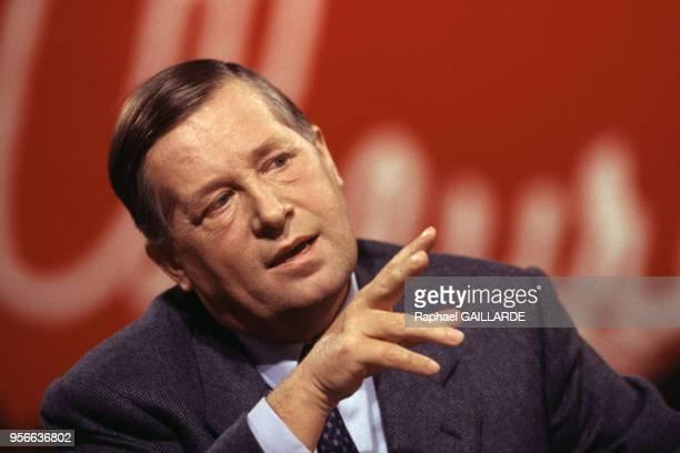 Le journaliste Alain Duhamel sur le plateau de l'émission de télévision 'L'Heure de vérité' en décembre 1993 à Paris France