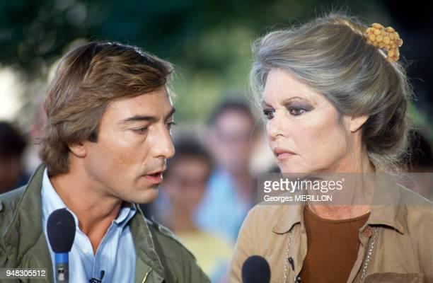 Le journaliste Allain BougrainDubourg avec Brigitte Bardot sur le plateau de l'émission de télévision 'Entre chien et loup' dans laquelle l'actrice...