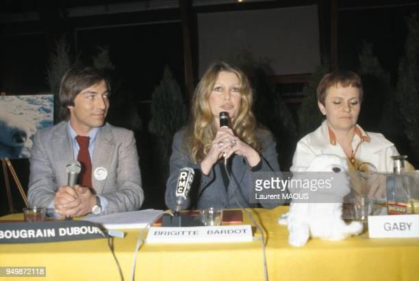 Le journaliste Allain BougrainDubourg et Brigitte Bardot lors d'une conférence de presse le 10 mars 1979 à ClermontFerrand France