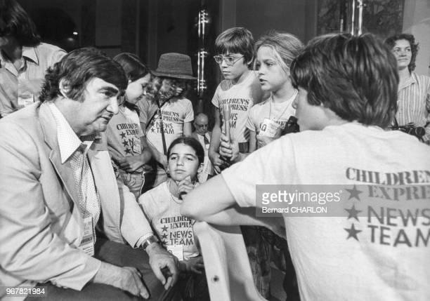 Le journaliste américain Pierre Salinger s'entretient avec des enfants lors de la Convention républicaine le 18 août 1976 à Kansas City EtatsUnis