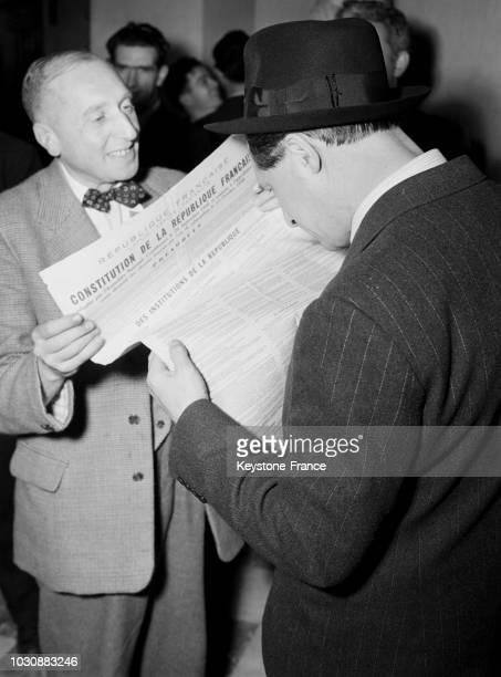 Le journaliste anglais Harold King relit le texte de la Constitution Française en attendant l'annonce du remaniement du cabinet Ramadier le 23...