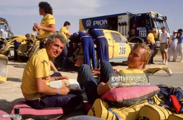 Le journaliste Bernard Giroux en compagnie du pilote Ari Vatanen en repos lors de l'étape d'Agades à Tahoua du rallye ParisDakar en anvier 1987 au...