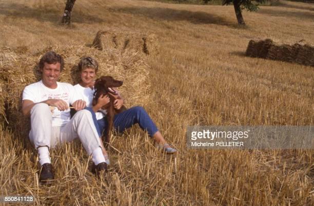 Le journaliste Bruno Masure en vacances avec sa femme Cathy en aout 1987 France