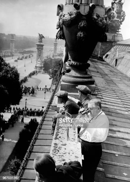 Le journaliste de 'Radio Paris' diffuse le défilé du 14 Juillet sur le toit du Grand Palais à Paris France le 14 juillet 1932